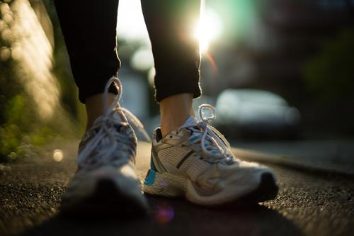 Mit den schnellen Schuhen Mensch feminin Sport Gesundheit Freizeit & Hobby Lifestyle stehen Bekleidung Fitness sportlich Asphalt Sport-Training Sportler