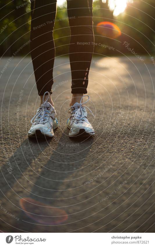 ready to go Mensch feminin Sport Beine Fuß Freizeit & Hobby Lifestyle Schuhe stehen laufen Bekleidung Fitness dünn sportlich Asphalt Sport-Training