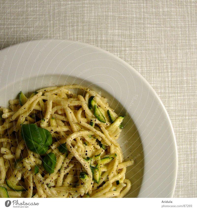 von gestern ... Spätzle Nudeln Basilikum Teller Mittagessen Tisch Küche lecker Ernährung Mahlzeit Speise Appetit & Hunger Gastronomie Vegetarische Ernährung