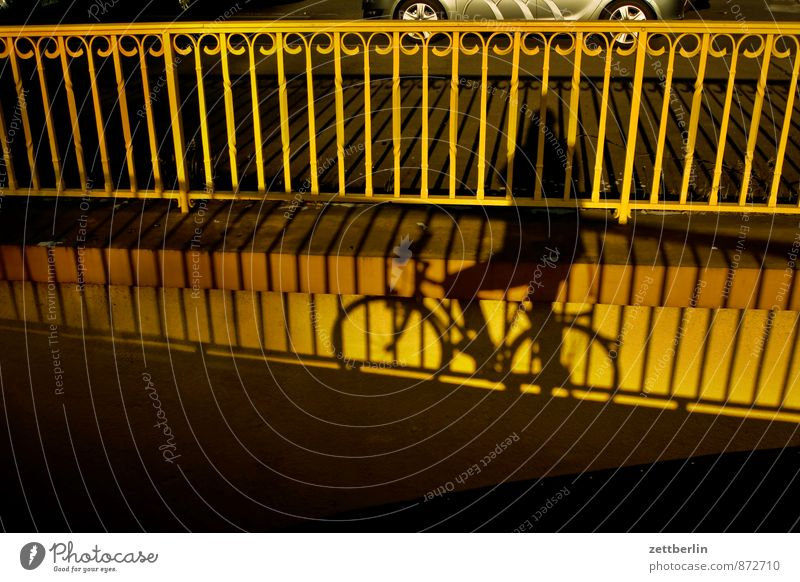 Fahrrad Berlin Stadt deutschland Gebäude Haus Stadtzentrum Stadtleben Schatten Fahrradfahren Fahrradtour Brücke Geländer Treppengeländer Brückengeländer