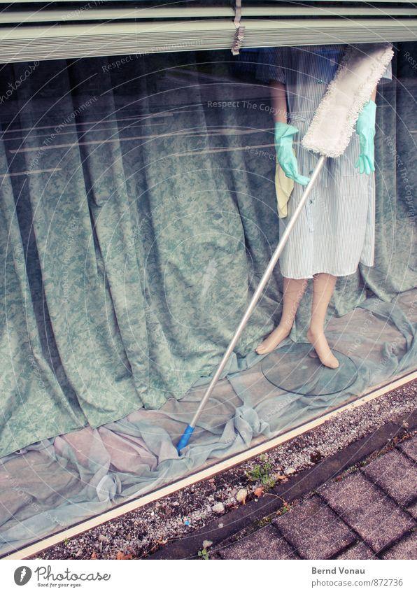 wischen impossible Haus Ladengeschäft Schaufenster Schaufensterpuppe blau braun grau herzlos Faltenwurf Reinigen Raumpfleger Frau Kittel Vorhang Jalousie Glas