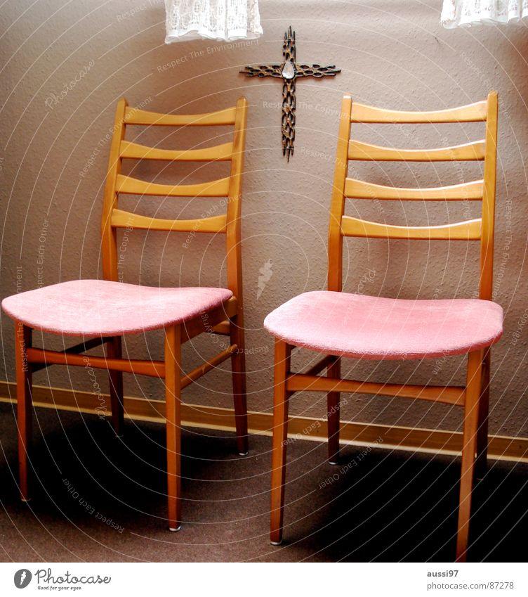 Zwischen den Stühlen Religion & Glaube rosa Stuhl Götter Vertrauen Credo Lichteinfall Spießer Gast Tapete Pflanze Meinung Gastronomie Konstruktion