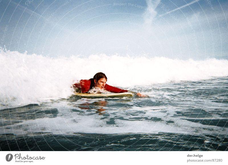 First Step Into Liquid Neoprenanzug See Meer Brandung Surfer nass Spanien Atlantik Hoffnung Außenaufnahme Neuling Wassersport Larabasterra Surfspot Big Blue