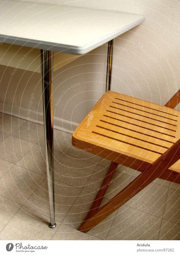 tisch + stuhl Tisch Küche leer puristisch Holz Strukturen & Formen unbenutzt Unbewohnt rein Möbel stilmix Stuhl sitzen Campingstuhl Bodenbelag karg