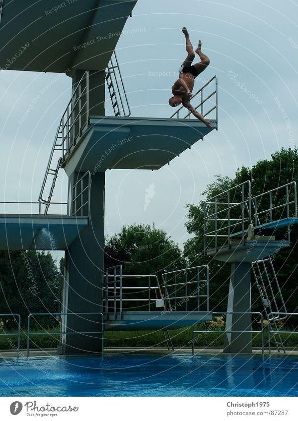Der Sprung ins Nasse Wasser Sommer Angst gehen Schwimmbad Panik platzen Schanze