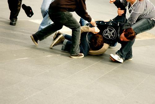 schulhof Menschengruppe Hilfsbereitschaft Wut Mut Konflikt & Streit kämpfen Ärger Hass schlagen Angriff Opfer Züchtigung Schulhof Rüpel