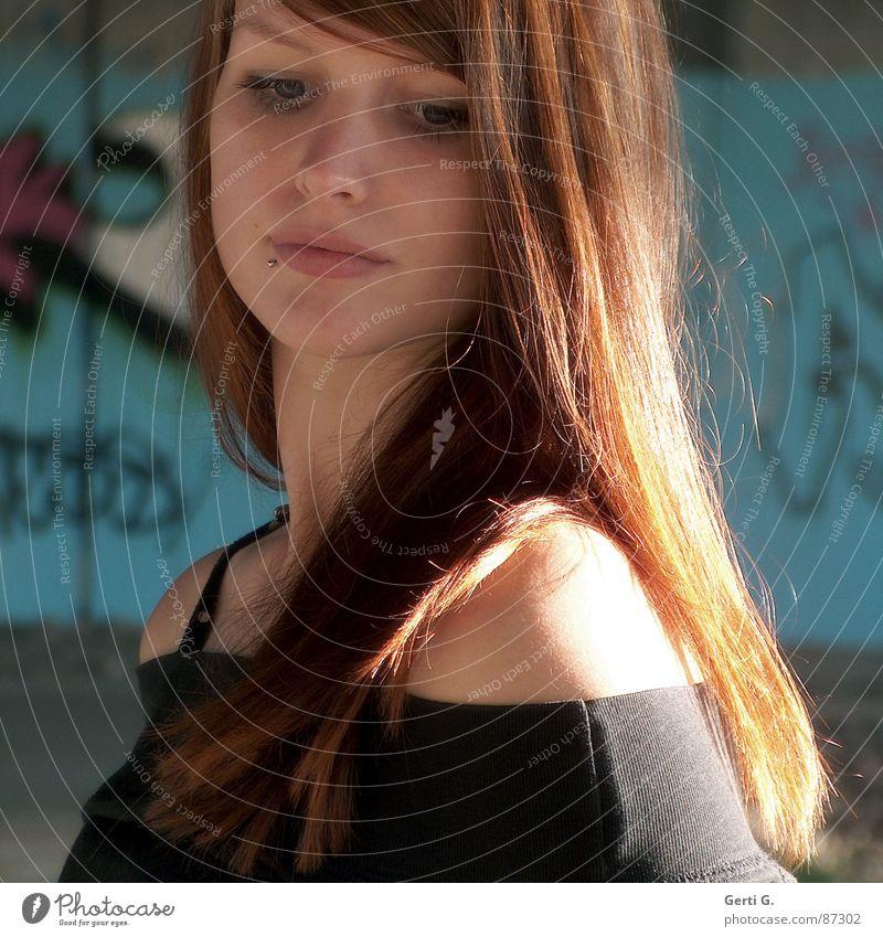 thinkin' Frau Mensch schön Denken Graffiti türkis Gedanke Schulter langhaarig rothaarig attraktiv verträumt besinnlich Lichteinfall