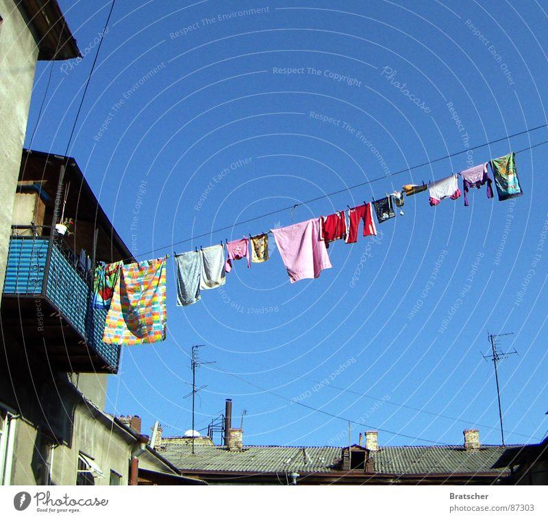 Tante Mascha hatte gewaschen. Wäsche Wäscheleine Hinterhof Handtuch Klammer Antenne Balkon Frühjahrsputz Diebstahl Waschmittel Waschhaus Haushalt Bekleidung
