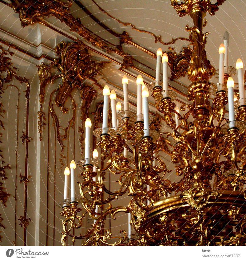 mein schlafzimmer Walzer glanzvoll teuer Kunstlicht Gold Kronleuchter Edelmetall Ballsaal König Glühbirne überladen übersättigt Reichtum Schnörkel Handwerk