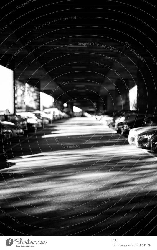 unter der brücke Stadt dunkel Wege & Pfade PKW Verkehr Brücke Verkehrswege Fahrzeug Autofahren Straßenverkehr Verkehrsmittel Hochstraße Brückenpfeiler Brückenkonstruktion