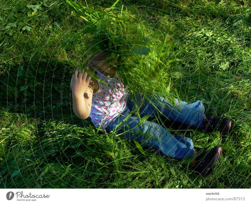 zeckenalarm Mensch Kind grün Freude Gefühle Bewegung Gras lachen sitzen Weide Sportrasen Bauernhof Lebensfreude Lust Grasland Begeisterung