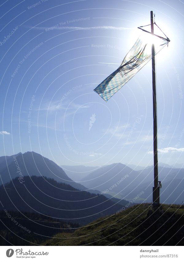 Blauberge Ferne Sonne Berge u. Gebirge Natur Landschaft Erde Luft Himmel Sonnenlicht Herbst Schönes Wetter Wind Alpen Gipfel Fahne blau Bergkette Bayern Alm