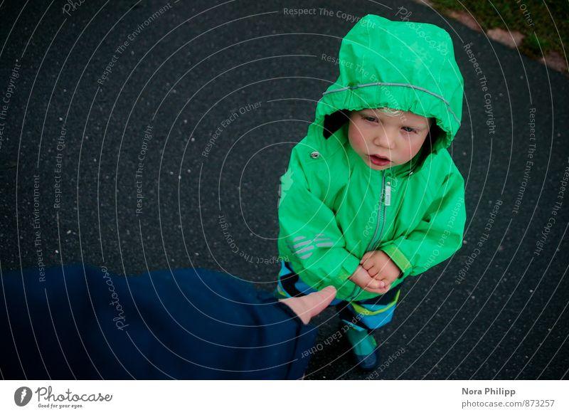 eigener Kopf Mensch Kind grün Junge maskulin Regen Körper Kindheit Kommunizieren niedlich Finger berühren einzigartig Spaziergang Kleinkind Fürsorge