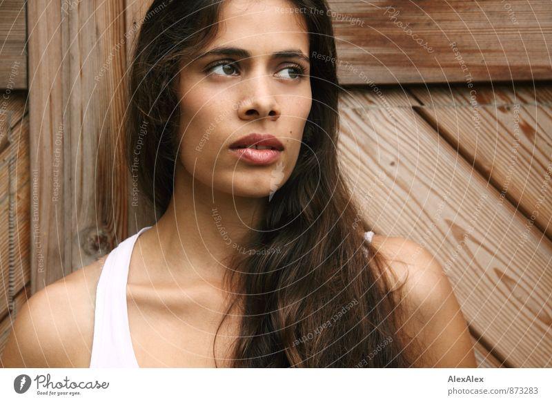 Portrait einer jungen, schönen, schlanken Frau mit Grübchen vor einer Holztür Junge Frau Jugendliche Gesicht 18-30 Jahre Erwachsene Unterhemd brünett langhaarig