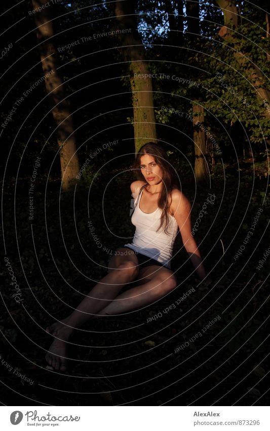 Waldfee Natur Jugendliche schön Baum Junge Frau 18-30 Jahre Erwachsene Gesicht natürlich Körper Idylle Sträucher sitzen ästhetisch Schönes Wetter