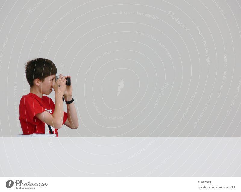 Neugier v2 rot grau Einsamkeit Hoffnung beobachten ruhig Fotograf Schüchternheit Wachsamkeit dezent Vorsicht fokussieren Fotografie fokussierend linksseitig