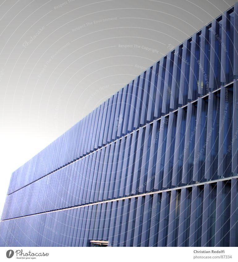 Lamellen Gebäude Lamellenjalousie Schatten quer Länge Rechteck anthrazit blau schwarz Bauwerk Linie modern Architektur Haus Schulgebäude Fenster