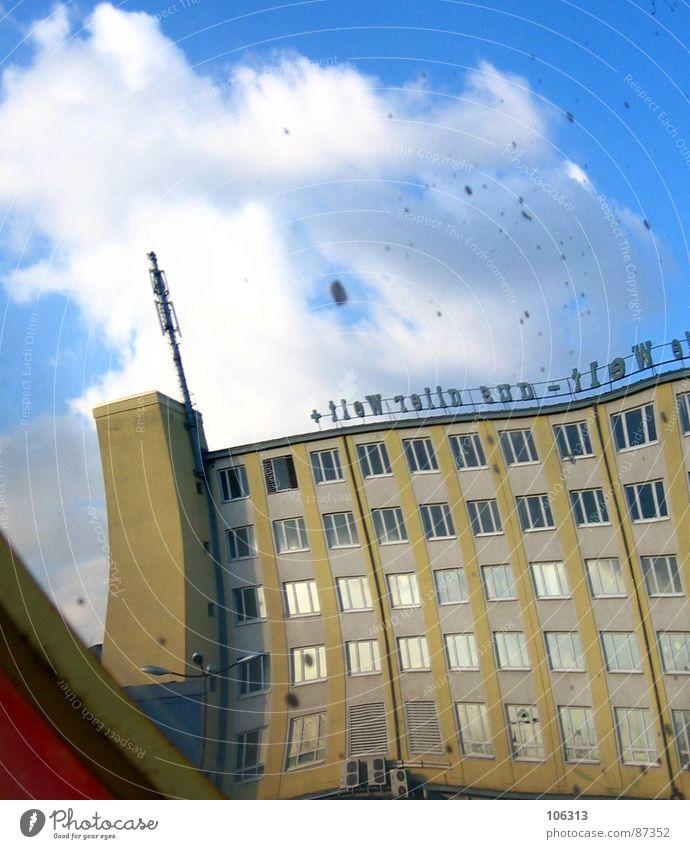 MERK WÜRDIG Haus Baracke reinschauen Spiegel Streifen rund konvex Verkehr Schatten Spiegelbild Post Wolken Fenster Fabrik seltsam Etage außergewöhnlich