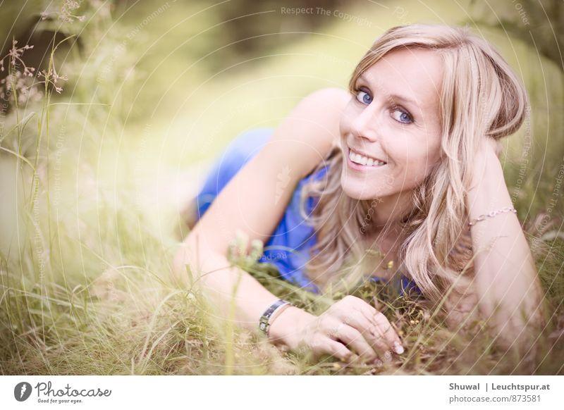 Falling in Love Frau blau schön grün Erotik Erwachsene Gesicht Gefühle feminin Liebe Glück Gesundheit blond Fröhlichkeit Lebensfreude Freundlichkeit