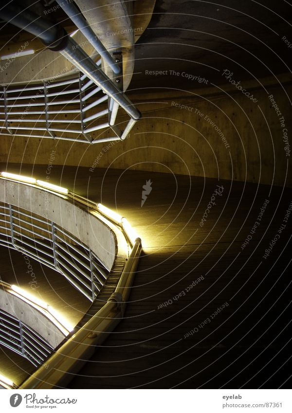 Steilkurve Reling Parkhaus rund Etage Neonlicht Kosten grau Licht mehrstöckig Garage KFZ Verkehr Detailaufnahme Sicherheit platz sparen dauerparker kurzparker