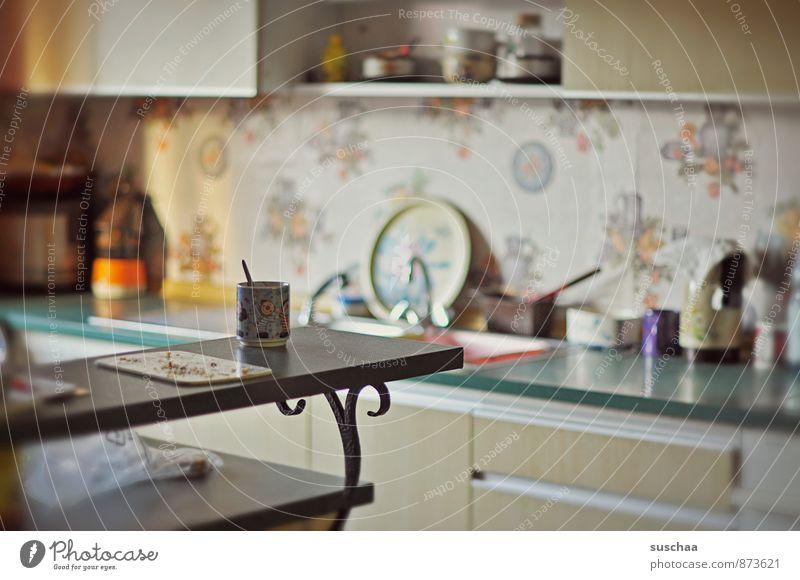küche Häusliches Leben Wohnung Küche alt Theke Manuelles Küchengerät Innenarchitektur Farbfoto Gedeckte Farben Innenaufnahme Textfreiraum links Tag