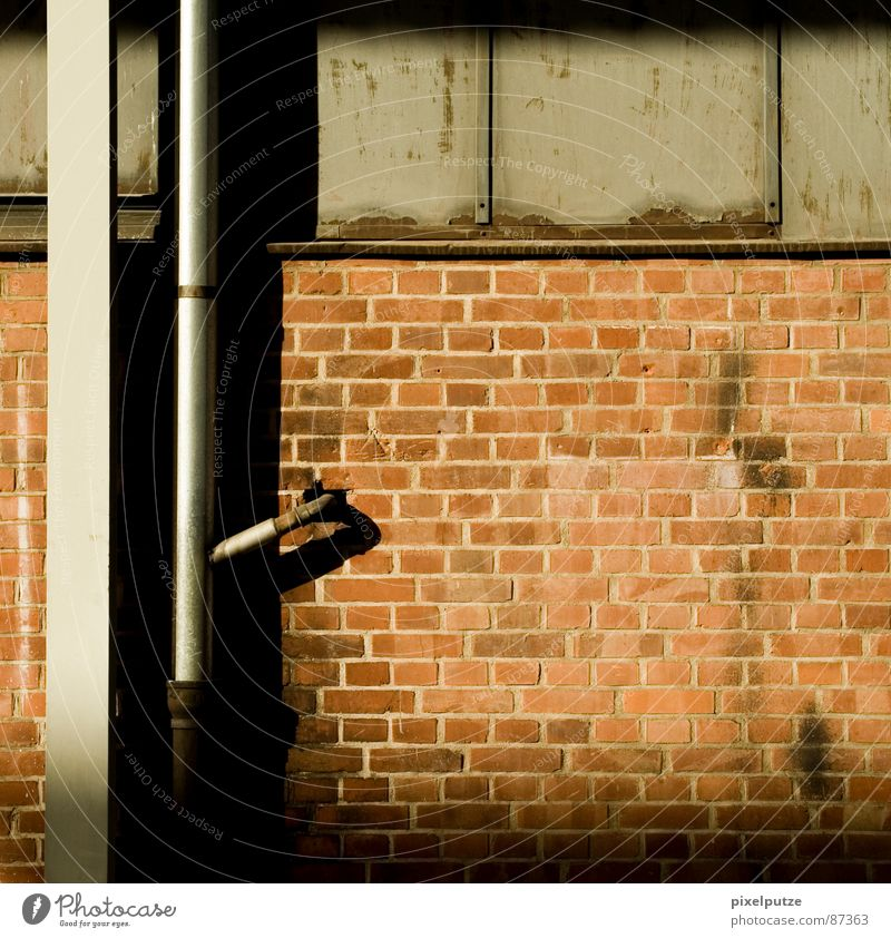 verbindung Mauer Wand Bauwerk Wasserrohr Schalter Quadrat eckig dreckig ausgebleicht Stil bewegungslos Netzwerk Backstein Detailaufnahme Kommunizieren Industrie