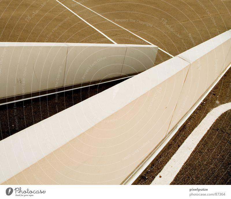 linienspiel Richtung Linie wegweisend Navigation Streifen Platz Mauer Asphalt gelb Physik Netzwerk Rennbahn Fahrradweg Detailaufnahme Verkehrswege modern