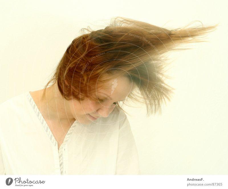 Headbanging Frau weiß Freude Gesicht Bewegung Musik Haare & Frisuren Kopf hell Tanzen blond Wind fliegen verrückt Sturm