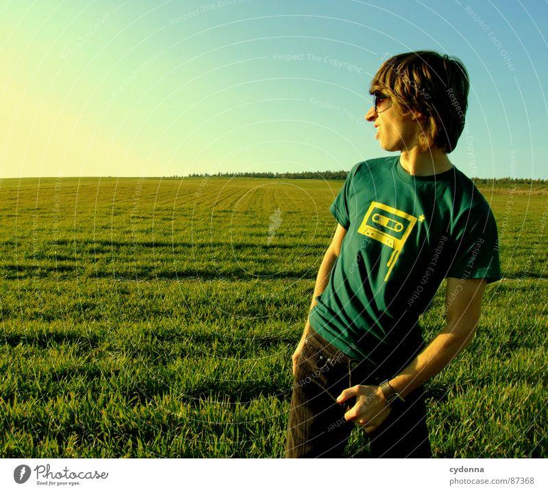 EI-CATCHER Wiese Gras grün Stil Sonnenuntergang Körperhaltung Halm Musikkassette Sonnenbrille Pornographie Verhalten Gefühle Mensch ungeniert knigge eiergriff