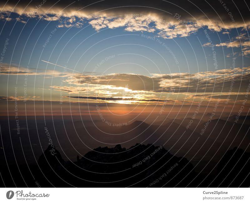 Sonnenaufgang über den Bergen Natur Landschaft Urelemente Himmel Wolken Schönes Wetter Nebel Hügel Felsen Alpen Berge u. Gebirge Gipfel beobachten Denken