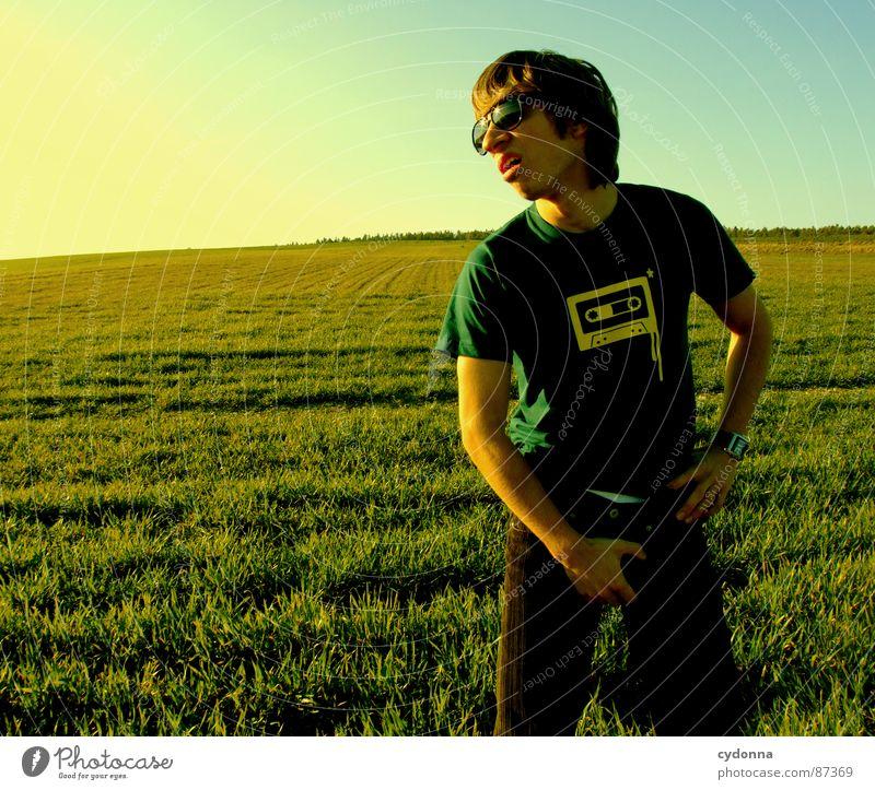 EI-CATCHER I Wiese Gras grün Stil Sonnenuntergang Körperhaltung Halm Musikkassette Sonnenbrille Pornographie Verhalten Gefühle Mensch Freude Natur Landschaft