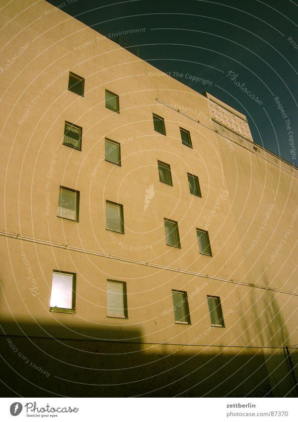 Hausmeister {m} = caretaker Fenster Fassade Wohnhaus