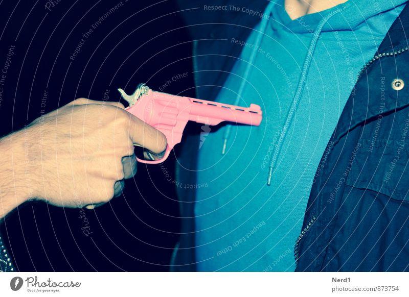 Pink Nachtleben Aggression blau rosa Feindseligkeit Rache Gewalt Waffe Farbfoto mehrfarbig Außenaufnahme Detailaufnahme Lomografie Hintergrund neutral