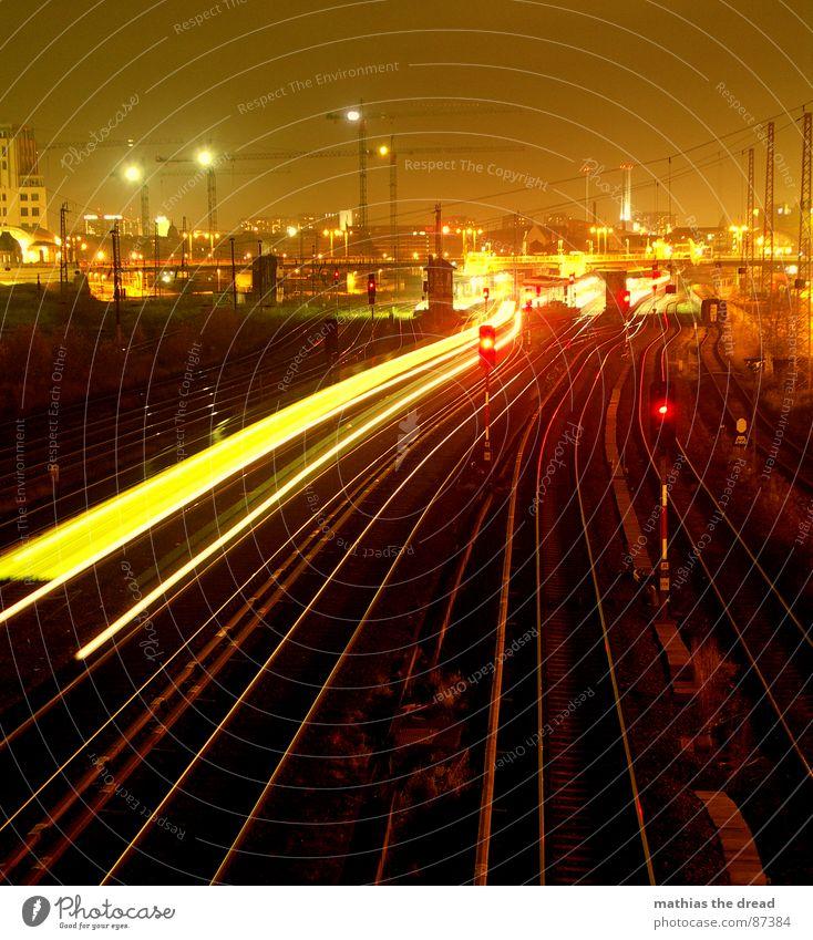 spacetrain Stadt S-Bahn Gleise Nacht Licht Lampe dunkel Eisenbahn Kran Baustelle Warschauer Straße Station Langzeitbelichtung rot Bahnsteig Stadtzentrum Mitte