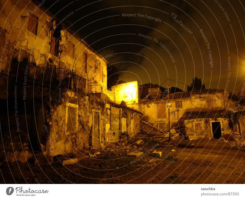 lissabon bei nacht Nacht Einsamkeit dunkel Traurigkeit Mauer Stimmung Armut Bauernhof verfallen Lissabon Innenhof