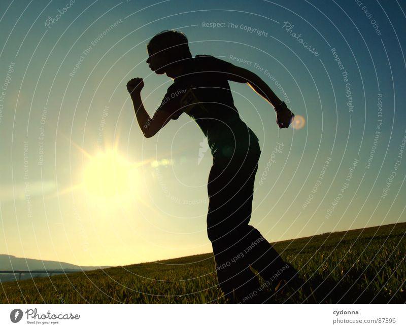 HOME RUN Mensch Himmel Natur grün Sonne Freude Landschaft Wiese Berge u. Gebirge Gefühle Freiheit Gras Stil Körperhaltung Halm Sonnenbrille