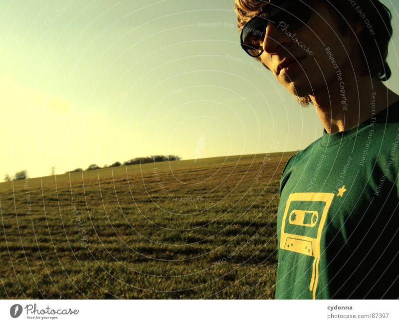 Sonnenkind erleuchten Wiese Gras grün Stil Sonnenuntergang Körperhaltung Halm Musikkassette Motivation Sonnenbrille Pornographie Sonnenlicht Denken Gefühle