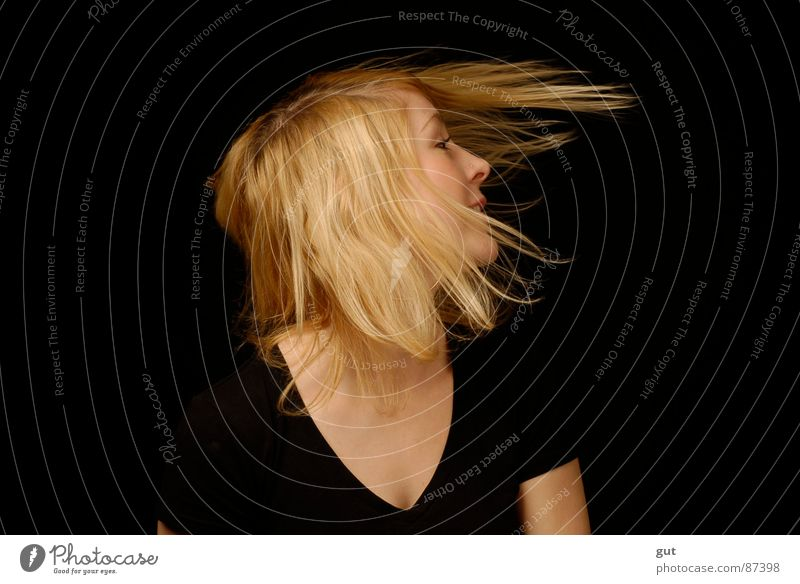 tinii Freude schwarz Freiheit Haare & Frisuren blond Wind süß Rock `n` Roll Musik Rockmusik Vor dunklem Hintergrund