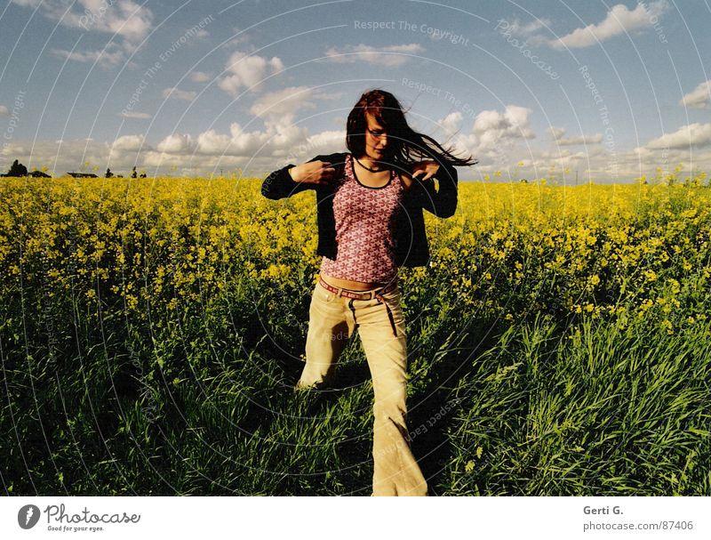 getaway Rapsöl Rapsfeld himmelblau Wolken schlechtes Wetter gehen Flucht flüchten Frau langhaarig Strickjacke Schlaghose grün gelb laufen Himmel Sommer