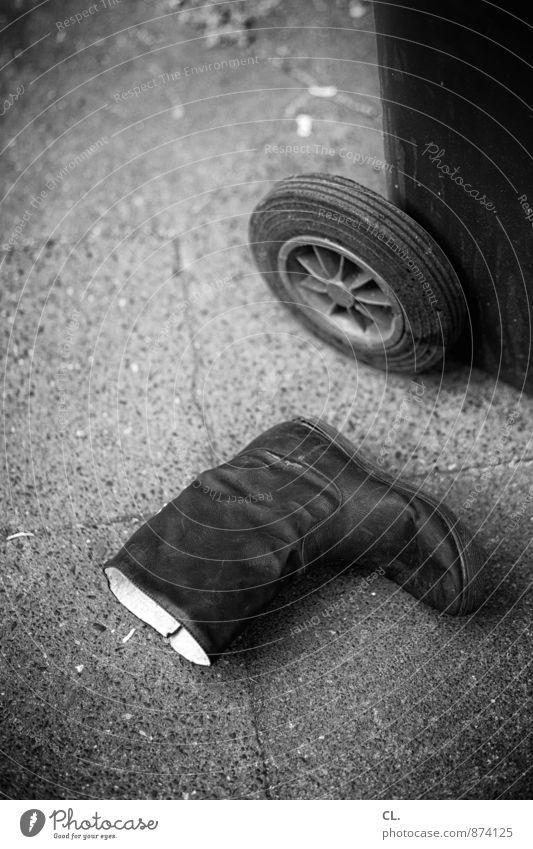 stiefel, mülltonne dreckig Schuhe kaputt Boden Müll Stiefel Umweltverschmutzung Müllbehälter unaufmerksam wegwerfen