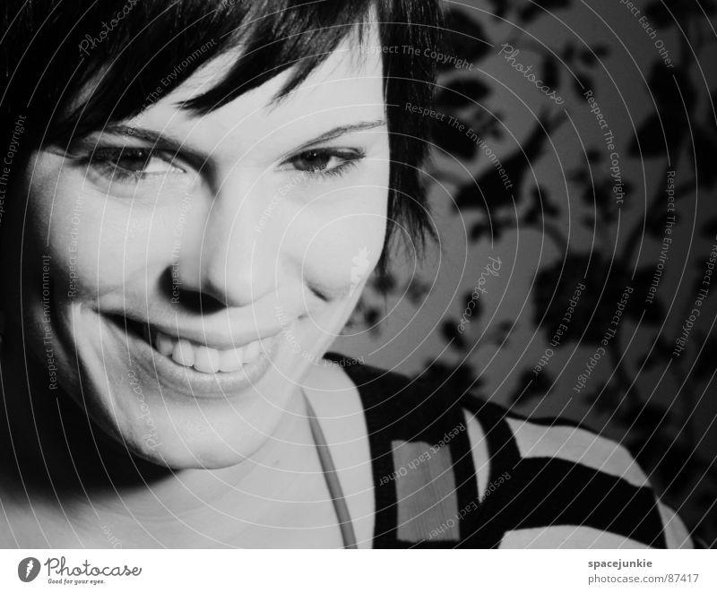 Ein Mädchen grinst im Walde (2) Frau Porträt Tapete lachen aufregend attraktiv Waldwiese Freude grinsen Natur leises lachen Schwarzweißfoto