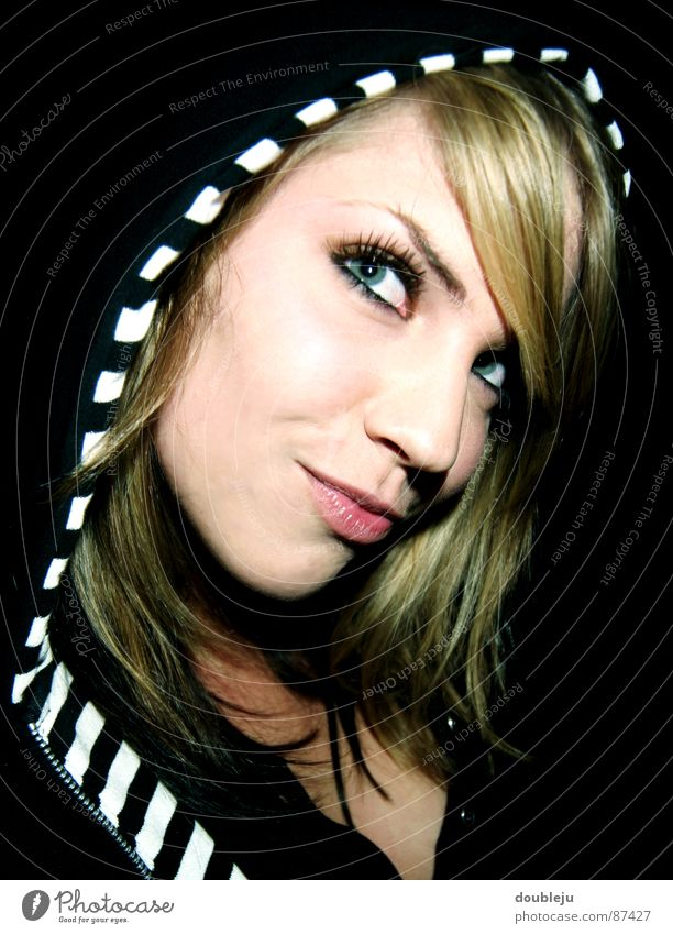 yannica im zebrastyle Frau blond schwarz Mütze rot Lippen schön Dame attraktiv Kapuze Auge Körperhaltung Blick kulleräugig
