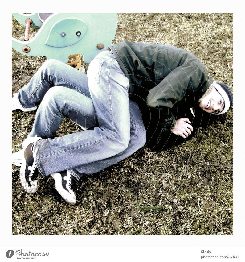 seccion Spielplatz Erholung Freundschaft 2 altmodisch Schaukel Turnschuh Wiese Jacke liegen Knie Mütze Gras Hand Schuhe unten Spielen toben drücken Freude