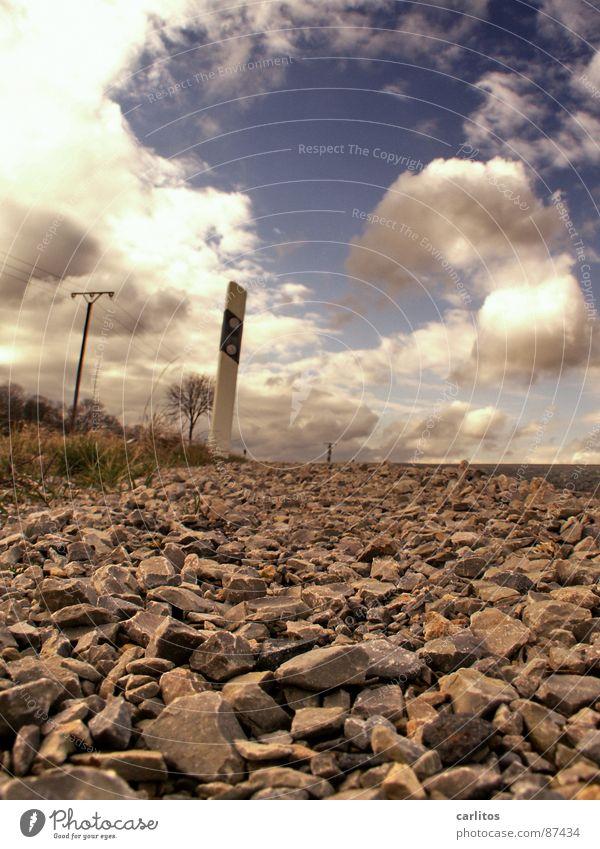 Ich geh meilenweit .... Himmel Ferien & Urlaub & Reisen Wolken Ferne Straße Leben Gefühle Stein Wege & Pfade Wetter Horizont Bodenbelag liegen Asphalt