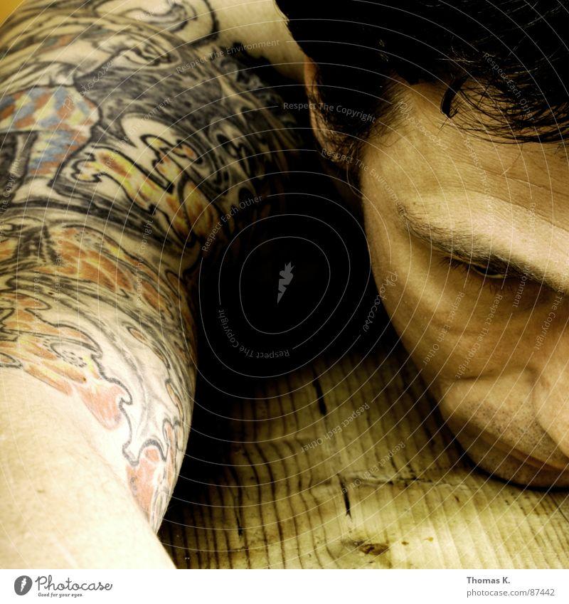 Tag  X. Porträt Tisch Strukturen & Formen Holz Schulter Bizeps Oberarm rustikal Maserung Streifen Tattoo Trauer Verzweiflung Mann Arme tatoo möbliert mit holz