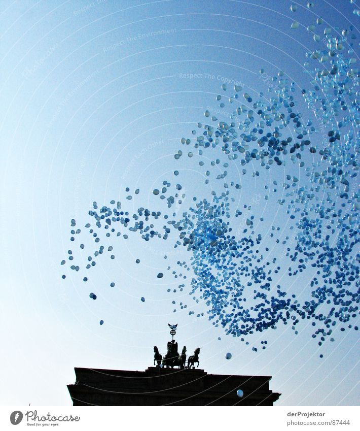 99 Luftballons... Himmel Berlin Horizont Europa Pferd Tor Skyline Denkmal Aussicht Durchgang Portal Jahrestag Brandenburger Tor Europatag