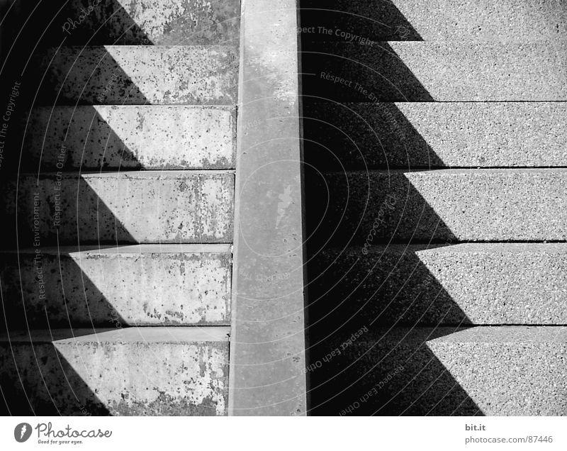 GEGENBILD weiß Straße dunkel Architektur Wege & Pfade Traurigkeit Linie 2 Zusammensein geschlossen paarweise trist Kommunizieren Asphalt nah Schnur