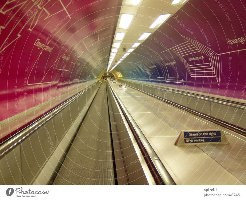 Travolator London Tunnel Werbung rosa Rolltreppe U-Bahn London Underground leer Architektur Waterloo Sation Walkway Escalator Fahr Webung Violet Geländer
