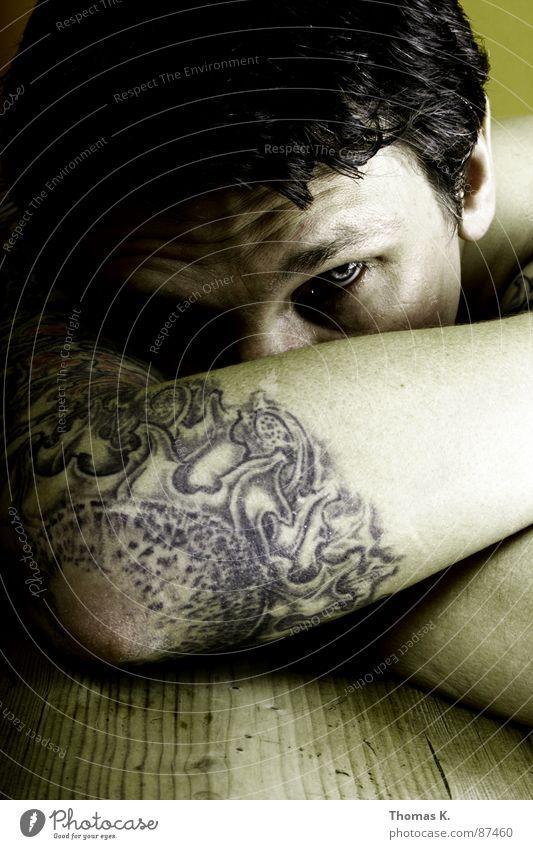 Tag X II Mann Holz Traurigkeit Arme Tisch kaputt Streifen Trauer Tattoo Schulter Verzweiflung Frustration Maserung Enttäuschung rustikal Oberarm
