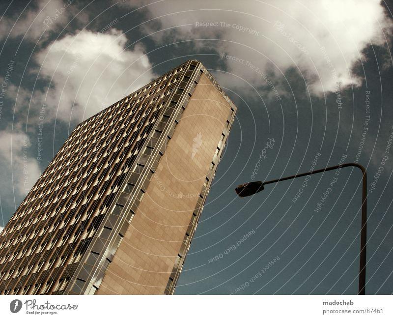 FÜR BLICKEND Himmel Stadt blau Wolken Haus Fenster Leben Architektur Gebäude Freiheit fliegen oben Arbeit & Erwerbstätigkeit Wohnung Design Wetter